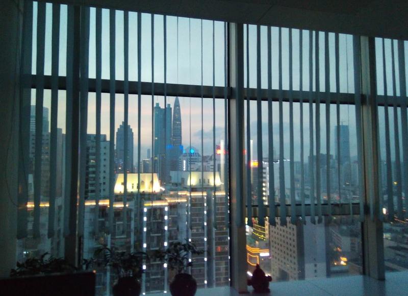 Widok z biura w Shenzhen (w oddali budynki: Di-Wang Tower 384m oraz KK100 442m)