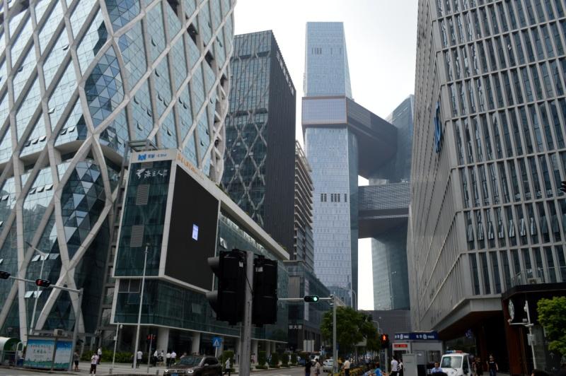 """Park technologiczny w dzielnicy Nanshan w Shenzhen nazywany też """"City of Makers"""". W oddali widoczna futurystyczna bryła gmachu firmy Tencent."""